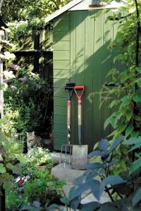 cabane et outils dans le jardin